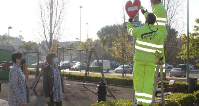 Benicàssim instal·la senyals contra la violència al costat d'espais educatius