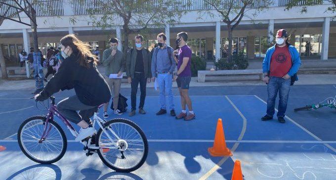 L'IES Bovalar aprèn a recollir fem amb bicicleta mitjançant el projecte d'Aprenentatge Servei