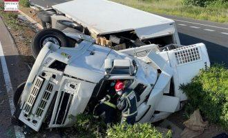 Un camionero fallece tras volcar en la AP-7 a la altura de Les Alqueries