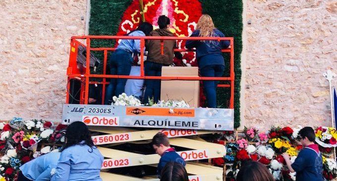 Almassora reinventa la ofrenda flores a Santa Quitèria