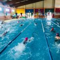 Nules imparteix cursos de natació adaptats a xiquets i xiquetes amb diversitat funcional