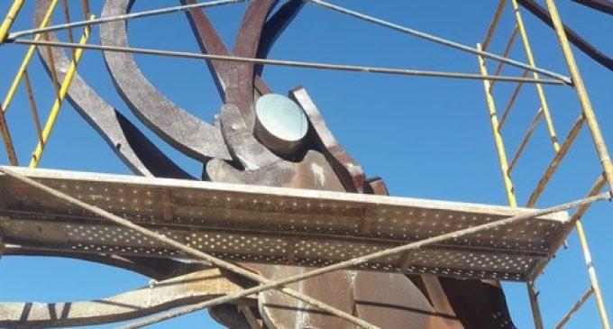Vinaròs realiza tareas de reparación y restauración de la fuente del langostino