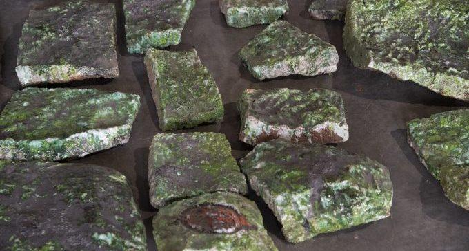 Aparecen abandonadas en el cocherón de la Diputación 8.000 piezas de un mural de Ripollés