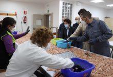 Els usuaris de El Molí avancen en el gran mosaic ceràmic que recobrirà el túnel d'entrada a Onda
