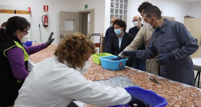 Los usuarios de El Molí avanzan en el gran mosaico cerámico que recubrirá el túnel de entrada a Onda