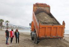 Benicàssim aporta 5.500 tones d'arena per al condicionament de la platja Heliòpolis