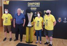 El Saló de Plens de l'Ajuntament d'Almenara acull el trofeu de la Uefa Europa League conquistada pel Villareal CF