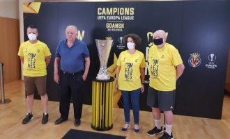 El Salón de Plenos del Ayuntamiento de Almenara acoge el trofeo de la Uefa Europa League conquistada por el Villareal CF