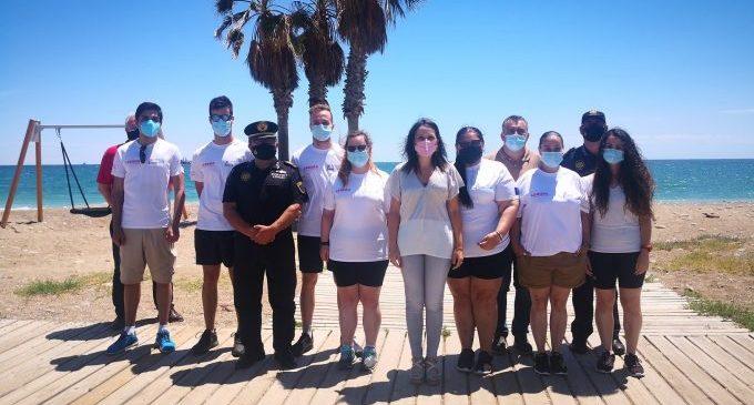 Onze joves menors de 30 anys s'incorporen per a informar sobre la Covid a les platges d'Almassora