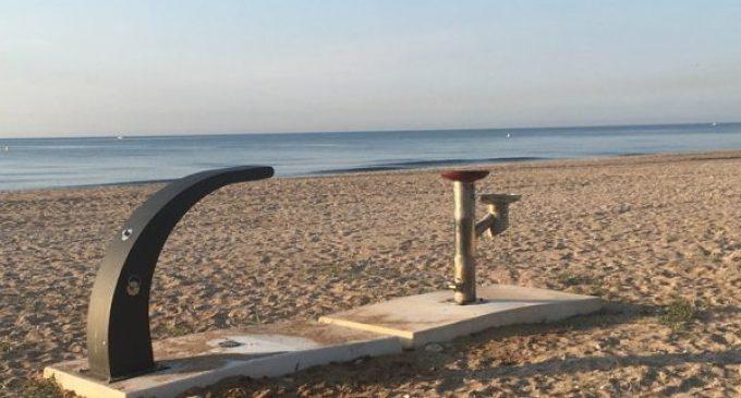 Benicarló instal·la una dutxa per a gossos a la platja del Barranquet