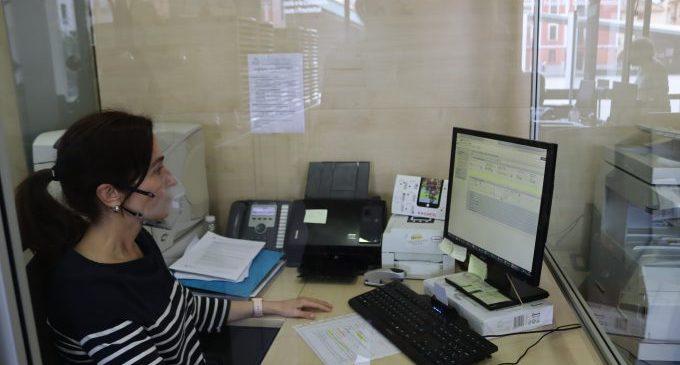Vila-real adquireix mascaretes perquè el funcionariat de l'ajuntament atenga persones sordes