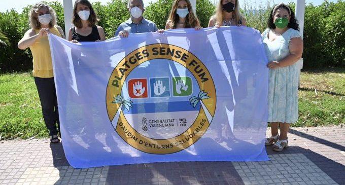 Castelló hissa en el Serradal la bandera de 'Platja sense Fum'