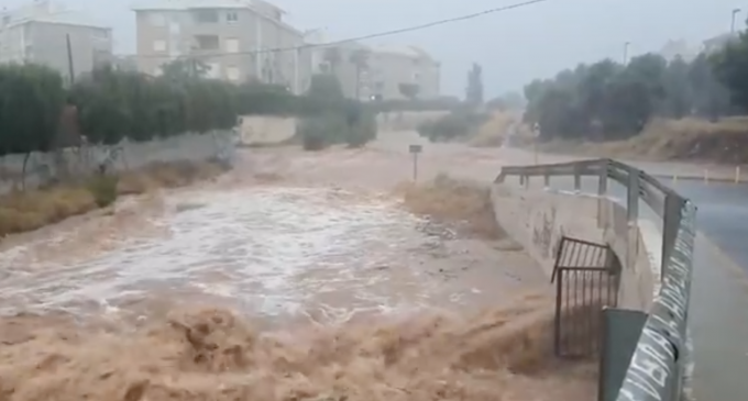 Rescaten a Benicàssim a una persona atrapada en el seu cotxe per l'aigua