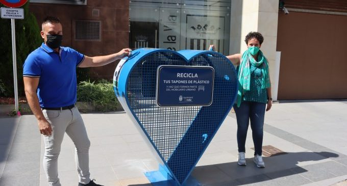 Onda instala tres corazones para recoger tapones de plástico y reutilizarlos para construir nuevo mobiliario urbano sostenible