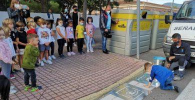 La Vall d'Uixó pinta pictogrames en els passos de vianants per a millorar la seguretat en els col·legis